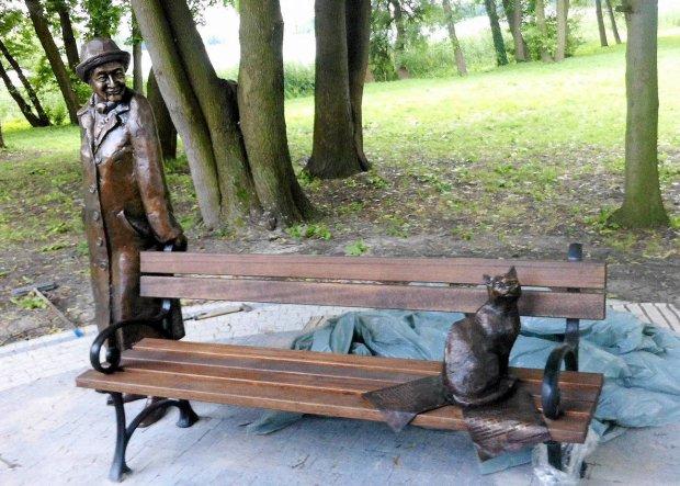 Ławeczka Szymborskiej w Kórniku (GW)
