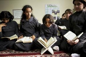 Recytacja Koranu. Dziewczynka w trampkach